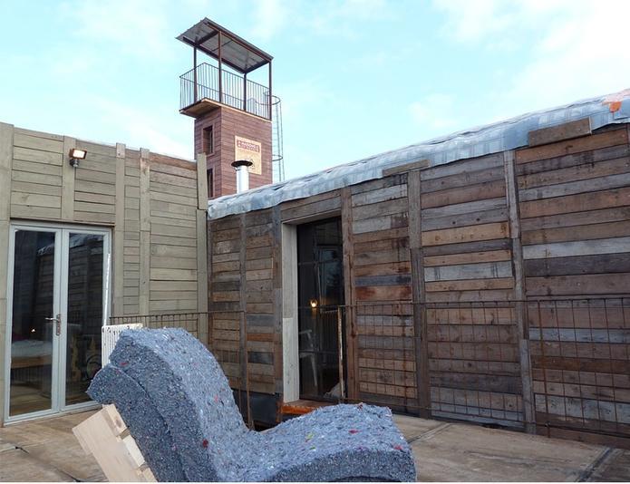 Une maison neuve faite de la récupération des poubelles