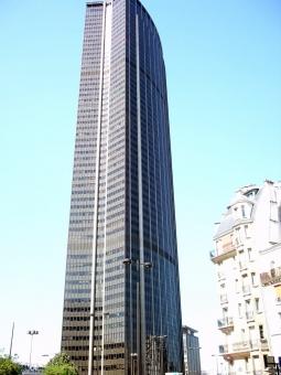 Après la tour Eiffel, c'est la tour Montparnasse qui s'éclaire